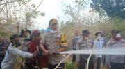 Kapolres Touna Terjun Langsung Padamkan Kebakaran Lahan di Desa Uekuli