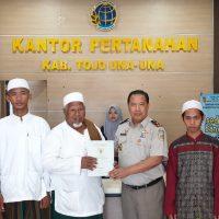 Pertanahan Touna Serahkan Sertifikat Wakaf Ponpes dan Masjid