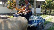 Bhabinkamtibmas Polsek Ampana Kota Bantu Warga Saat Laksanakan Sambang Desa Binaannya